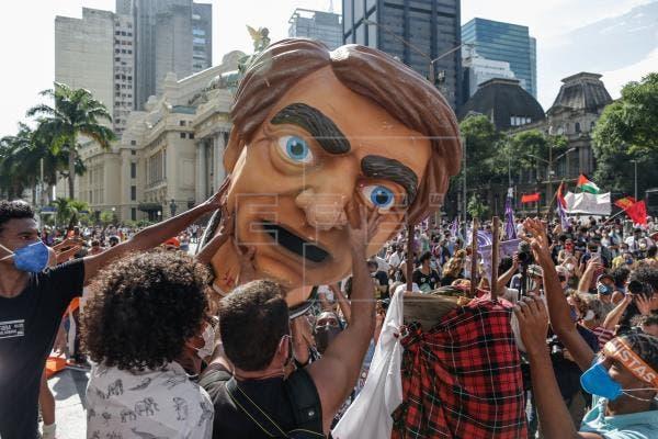 Brasil se levanta contra Bolsonaro con marchas en todo el país pese a covid