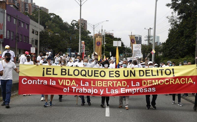 Una marea blanca se toma las calles de Colombia en protesta contra las protestas