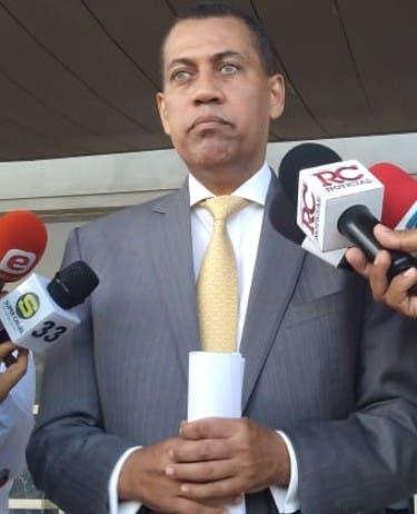 Guido Gómez deposita denuncia contra Gómez Casanova