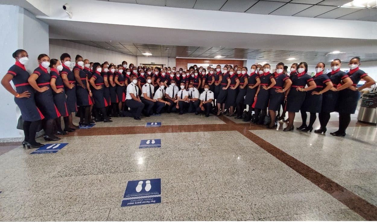Realizan primera graduación de técnicos aeronáuticos en avión en pleno vuelo