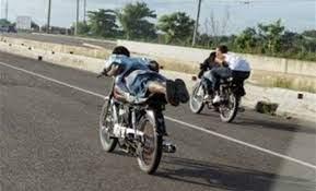 Carreras de motocicletas son actos suicidas