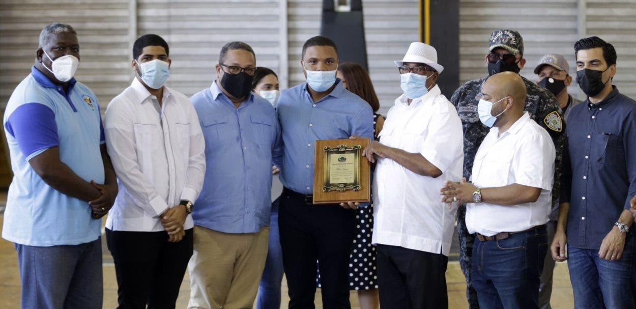 Tolben Jáquez recibe homenaje en torneo basket