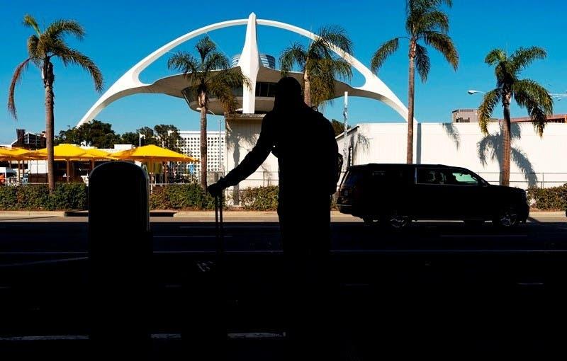 Hombre salta de un avión en la pista del aeropuerto de LA