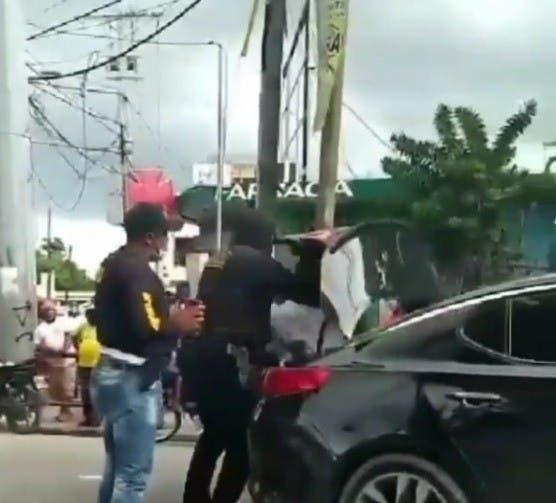 VIDEO | DNCD suspende a varios agentes por trato abusivo contra un apresado