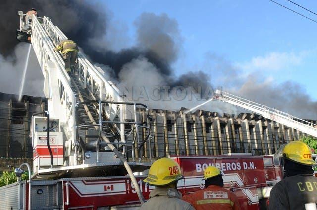 Bomberos continúan luchando para sofocar fuego en colchones La Reina