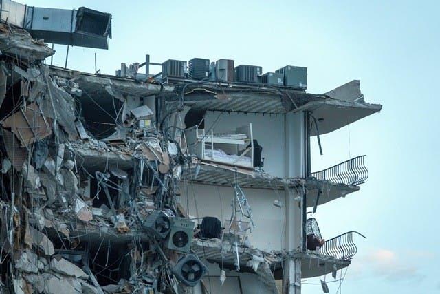 Al menos 1 muerto al derrumbarse un edificio de apartamentos en Miami