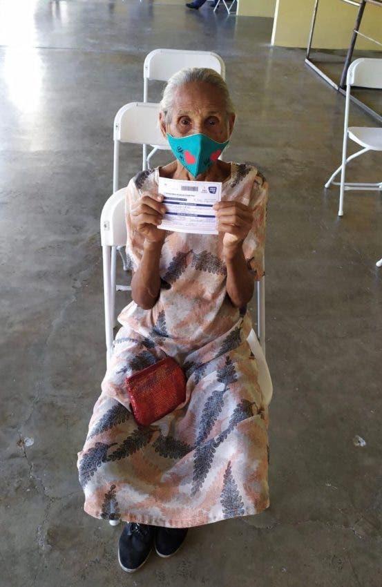 Mujer de 121 años se vacuna en jornada celebrada en Puerto Plata