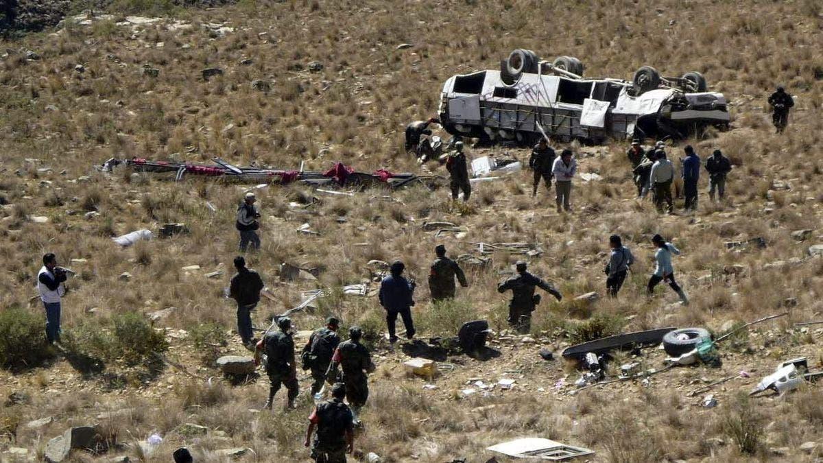 Al menos 17 muertos y 14 heridos tras caer un autobús por precipicio en Perú