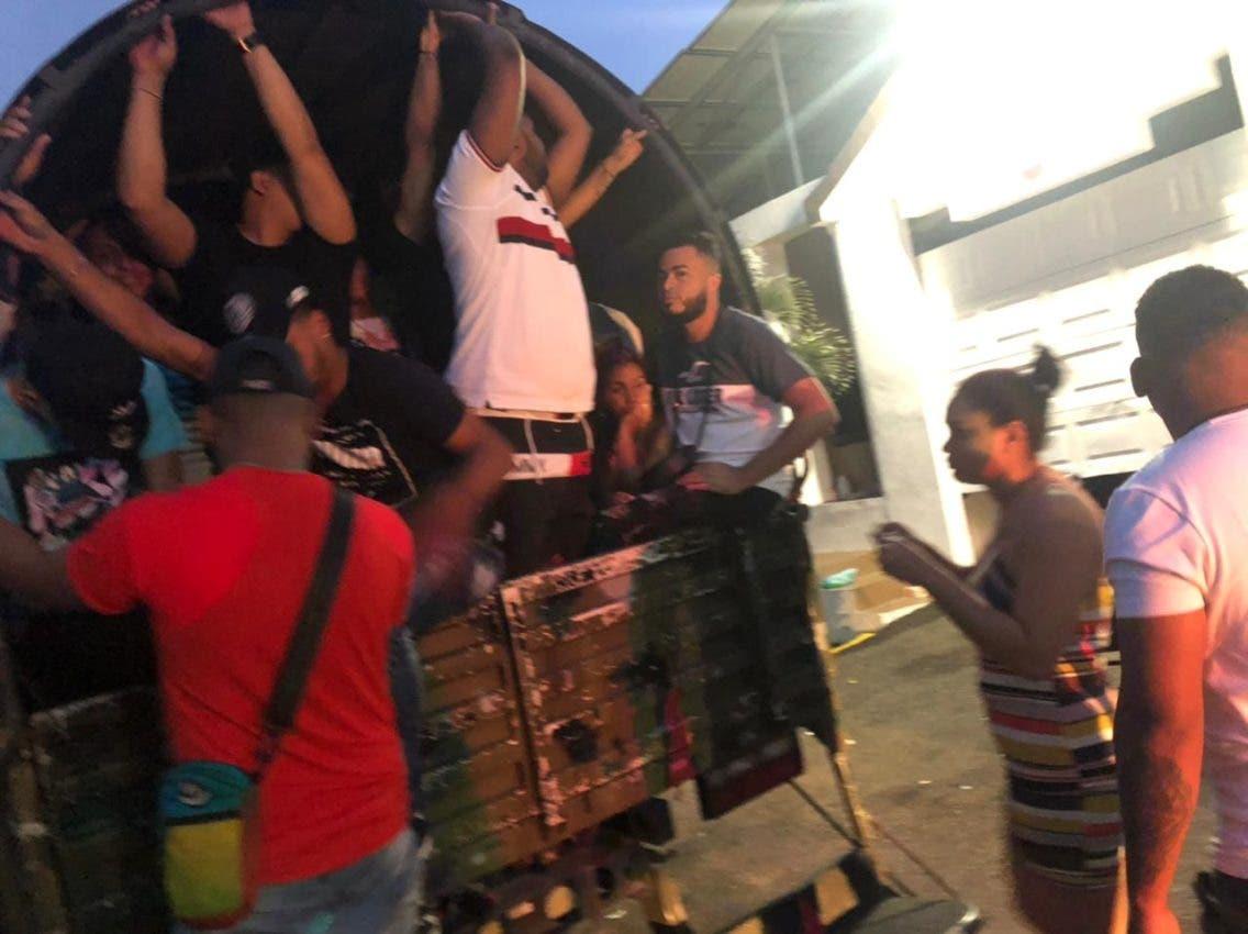 """Policía Nacional apresa aproximadamente 400 personas en Santiago, mientras se divertían en """"Teteo"""""""
