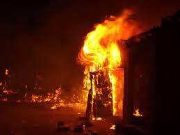Incendio destruye casa y carro en Villa Vásquez