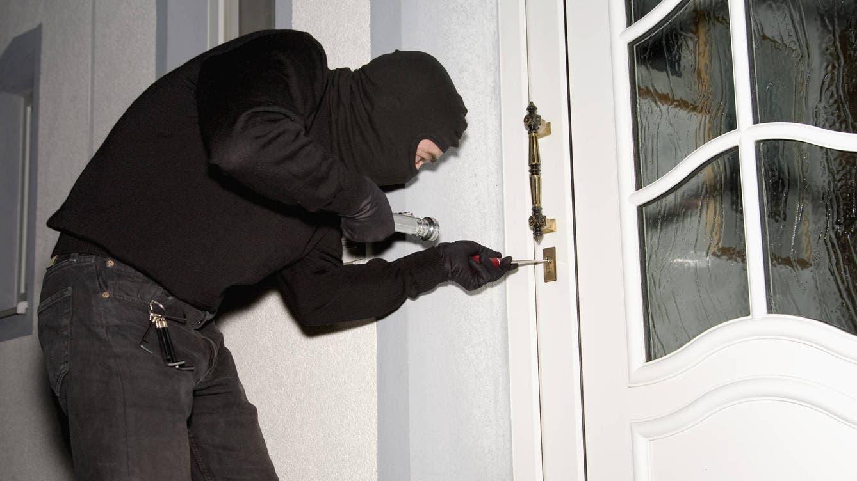 Penetran a casa, roban 340 mil dólares, 4 armas de fuego y golpean al dueño