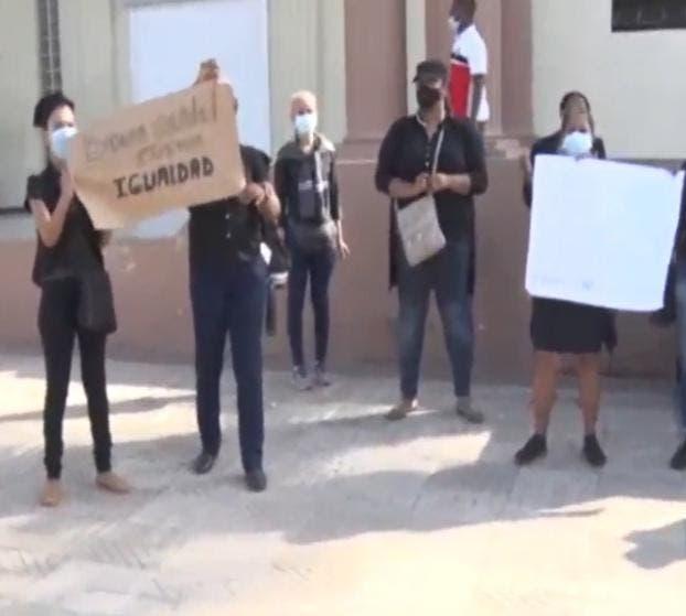 Maestros realizan protestas frente al Palacio Nacional