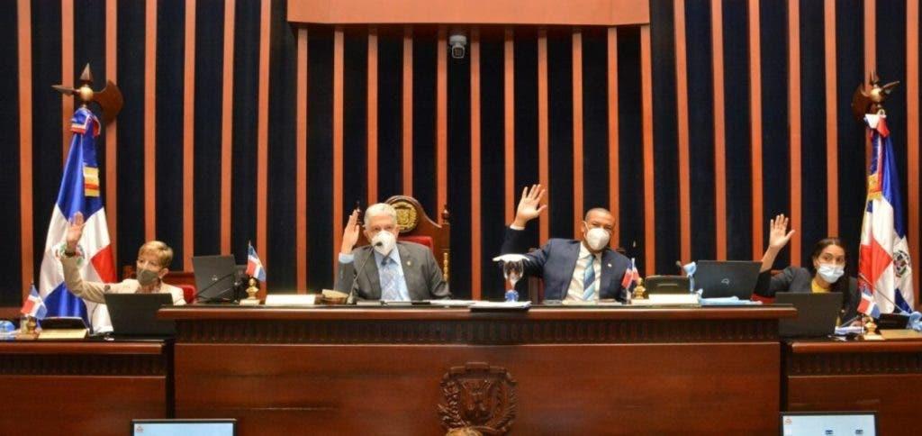Eduardo Estrellas junto senadores del PRM en el bufete directivo encabeza una de las sesión del Senado de la República.