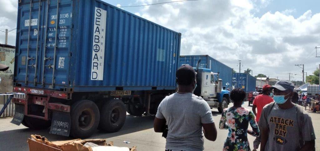 La afluencia de haitianos al mercado binacional de Dajabón en procura de vender o comprar era mayor este viernes
