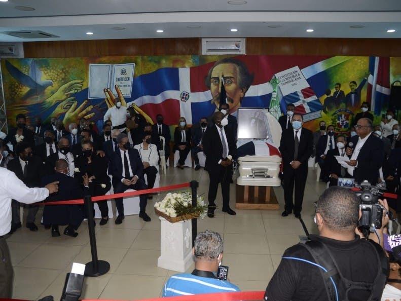 Miembros de la Fuerza del Pueblo desfilaron por el salón para dar el último adiós.