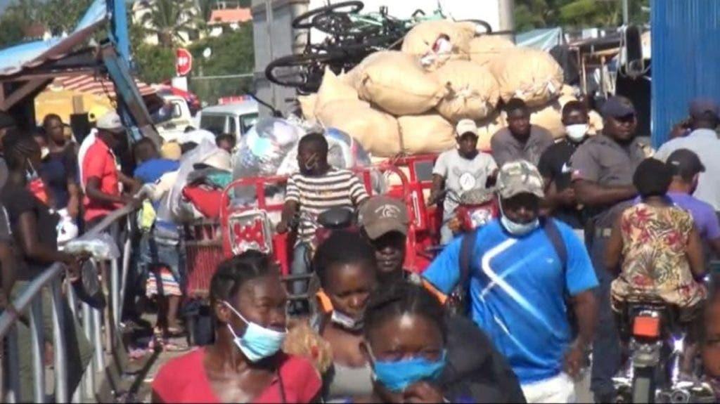En vehículos y a pie los haitianos cruzan la frontera desde la madrugada para comprar alimentos y vender diversas mercancías en los mercados binacionales.