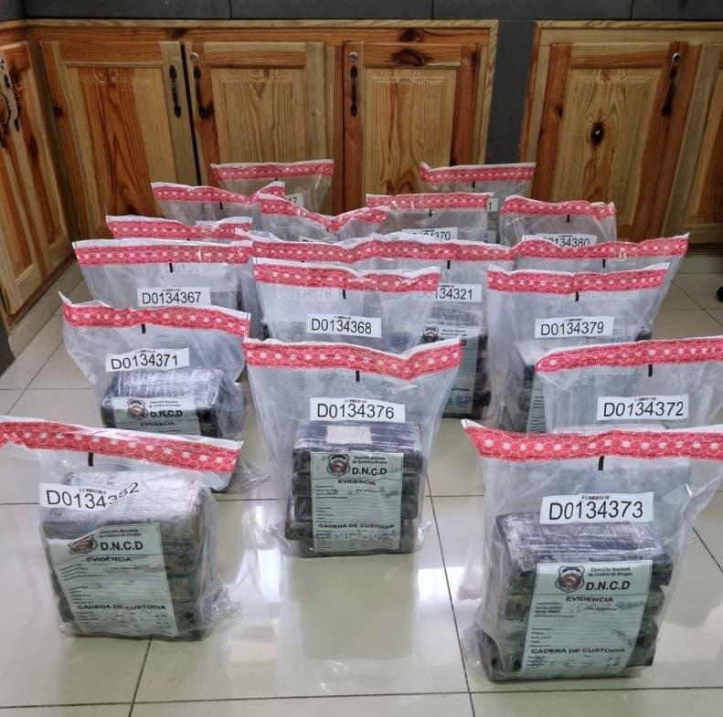 Parte de los 90 kilos de cocaína que fueron lanzados al mar desde lancha rápida.