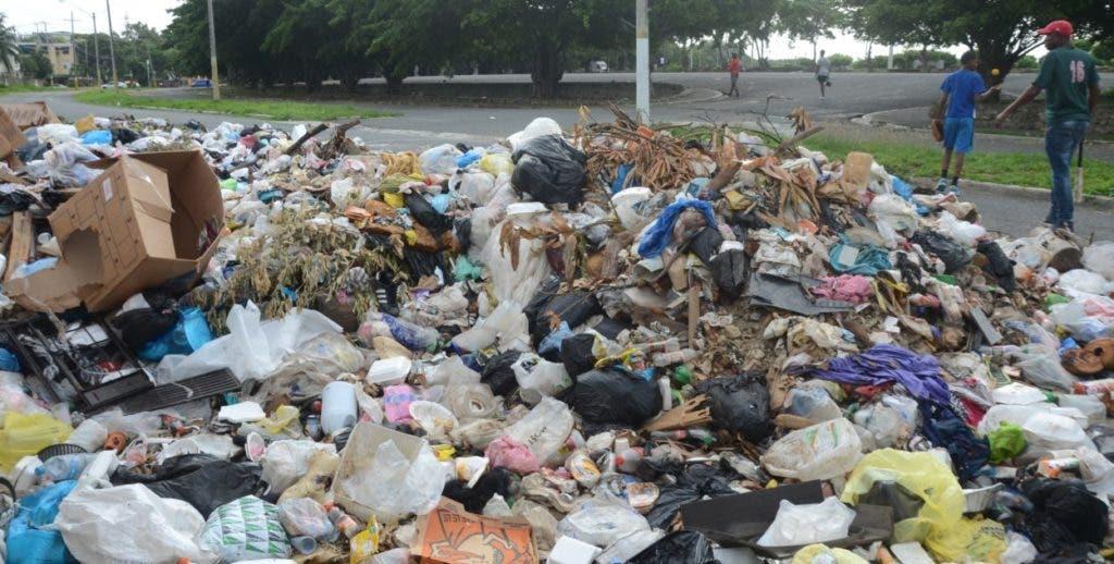 Montaña de basura esta mañana en los alrededores del Faro a Colón, en Santo Domingo Este, que desde hace semanas sufre una crisis porque la Alcaldía no recoge los desperdicios. Alcalde de este municipio esta trabajando para que pronto se pueda resolver el problema.