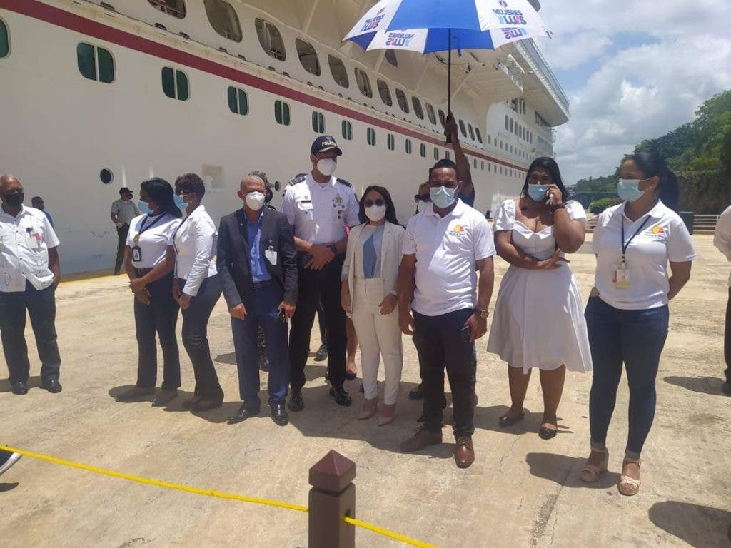 Parte de las  autoridades de  La Romana dándole la bienvenida al Crucero de la línea Carnival, en el puerto  turístico.