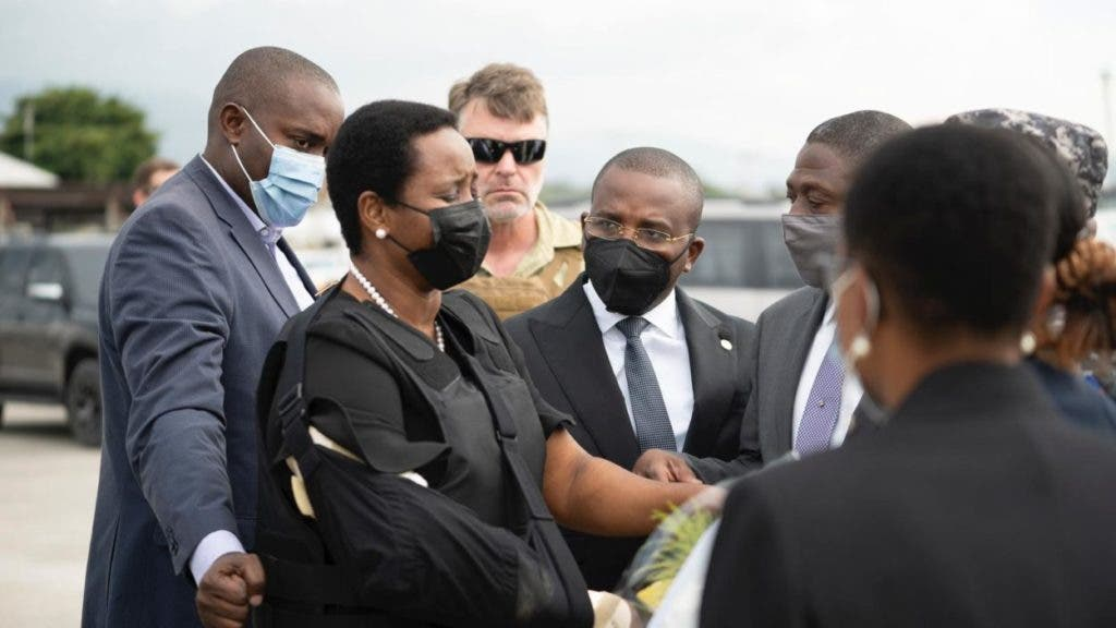 Martine Moise, la viuda del presidente haitiano, Jovenel Moise, saluda a la comisión que la recibió en el aeropuerto encabezada por Frantz Exantus.