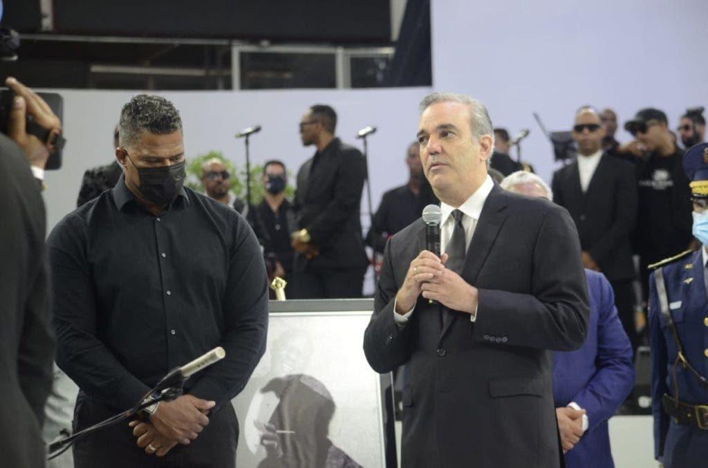 El presidente Luis Abinader habla en el acto  en honor a Johnny Ventura en el Palacio de Los de Deportes, junto a Jandy Ventura hijo mayor de El Caballo.