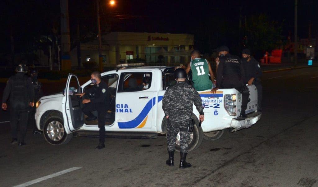 Una patrulla de la Policía durante un retén en un toque de queda, medida restrictiva que ha sido implementada por varios países para frenar el aumento del covid. Jorge González