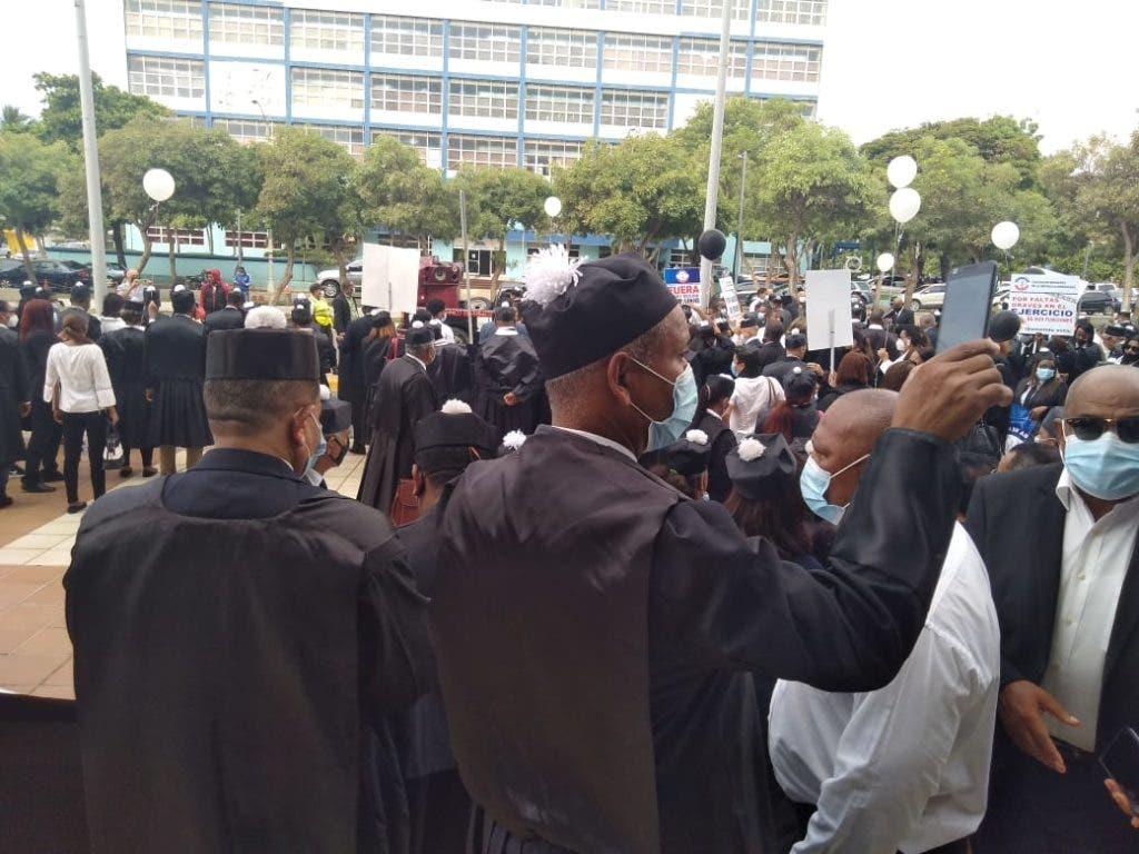 Parte de los abogados que se concentraron frente a la SCJ exigiendo la despolitización de la justicia en el país.