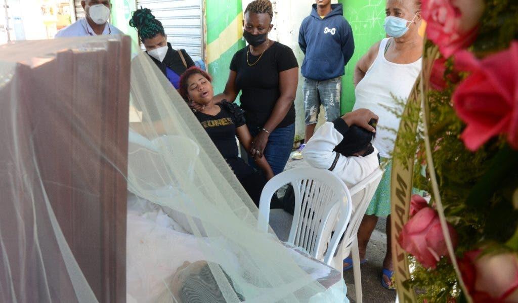 Los restos de Manzueta Santiago, una de los dos mujeres muertas por un teniente pensionado de la Policía, fueron velados frente a su residencia en el sector La Zurza.