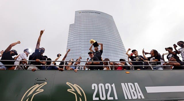 Bucks festejan título con desfile ante aficionados