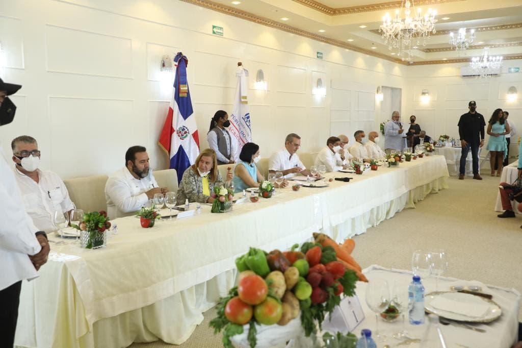 Abinader encabeza almuerzo con productores agrícolas de Constanza