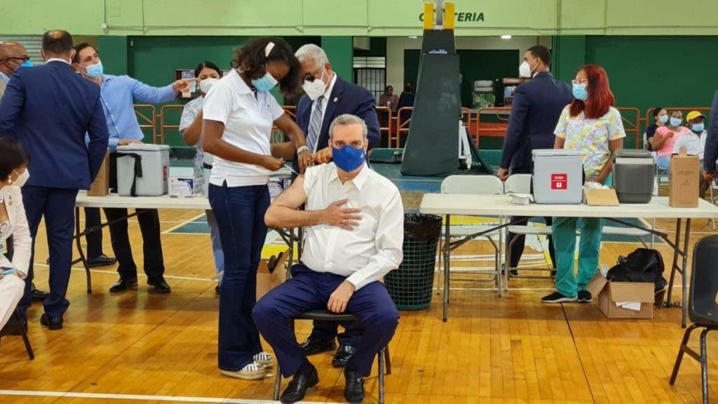 Abinader recibe la tercera dosis de la vacuna contra el Covid. El mandatario recibió la primera dosis de la vacuna Sinovac el 5 de mayo y la segunda el 4 de junio, en el mismo club San Carlos.