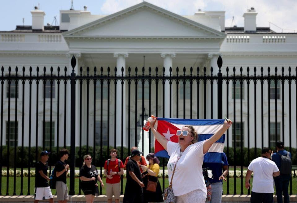 """Cientos de personas lanzan a Biden """"SOS"""" por Cuba"""