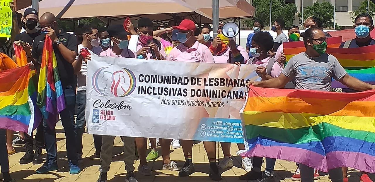 Grupo LGTB protesta frente a Congreso