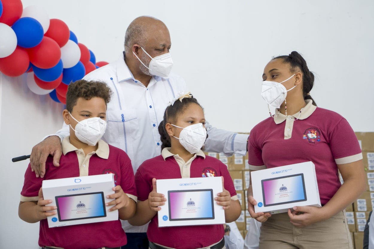 Educación entrega dispositivos en Espaillat