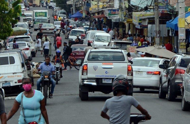 Una camioneta de la Policía  transita por la  calle Arzobispo Romero del populoso sector de Cristo Rey.