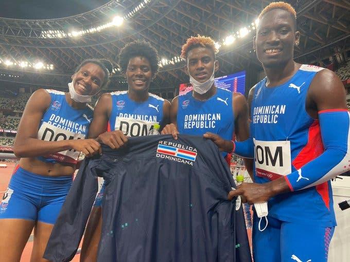 El equipo mixto de revelo 4x400 celebra el haber ganado la segunda medalla de plata para la República Dominicana.