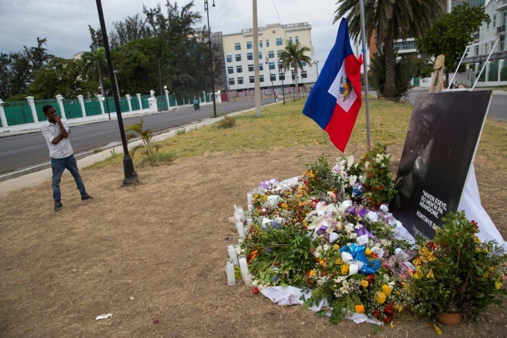 Una fotografía que muestra un altar con flores como homenaje al presidente Jovenel Moise, asesinado el pasado miércoles 7 en su domicilio, frente al Palacio Nacional, en Puerto Príncipe (Haití). EFE/ Orlando Barría.