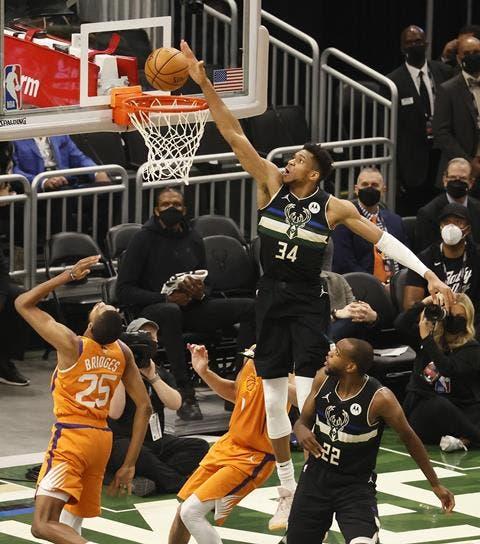 Giannis Antetokounmpo anota dos puntos en el partido en el que los Bucks se coronaron campeones de la NBA.