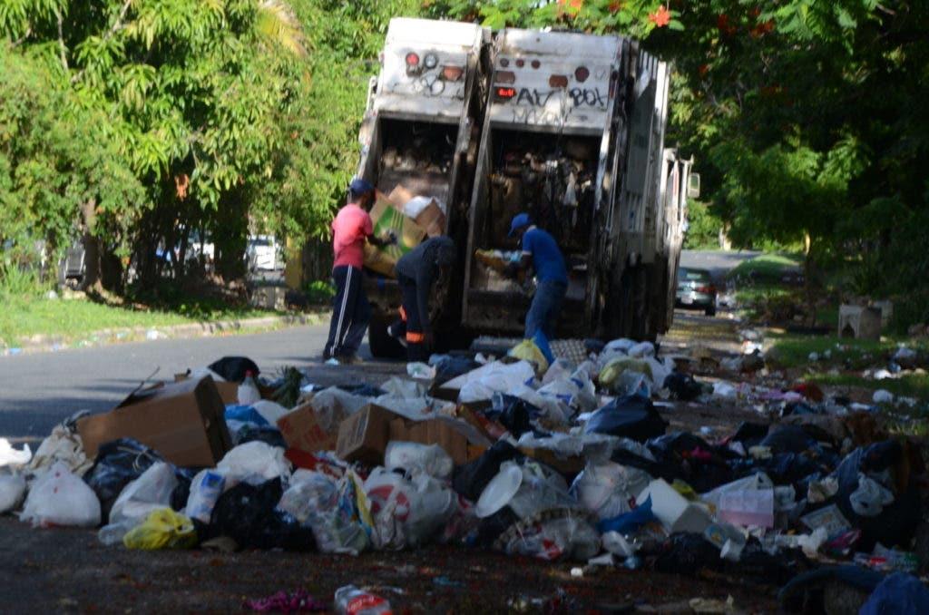 Obreros del Ayuntamiento de Santo Domingo Este se incorporan a la jornada de recogida de basura que inició el gobierno con la alcaldía de ese municipio