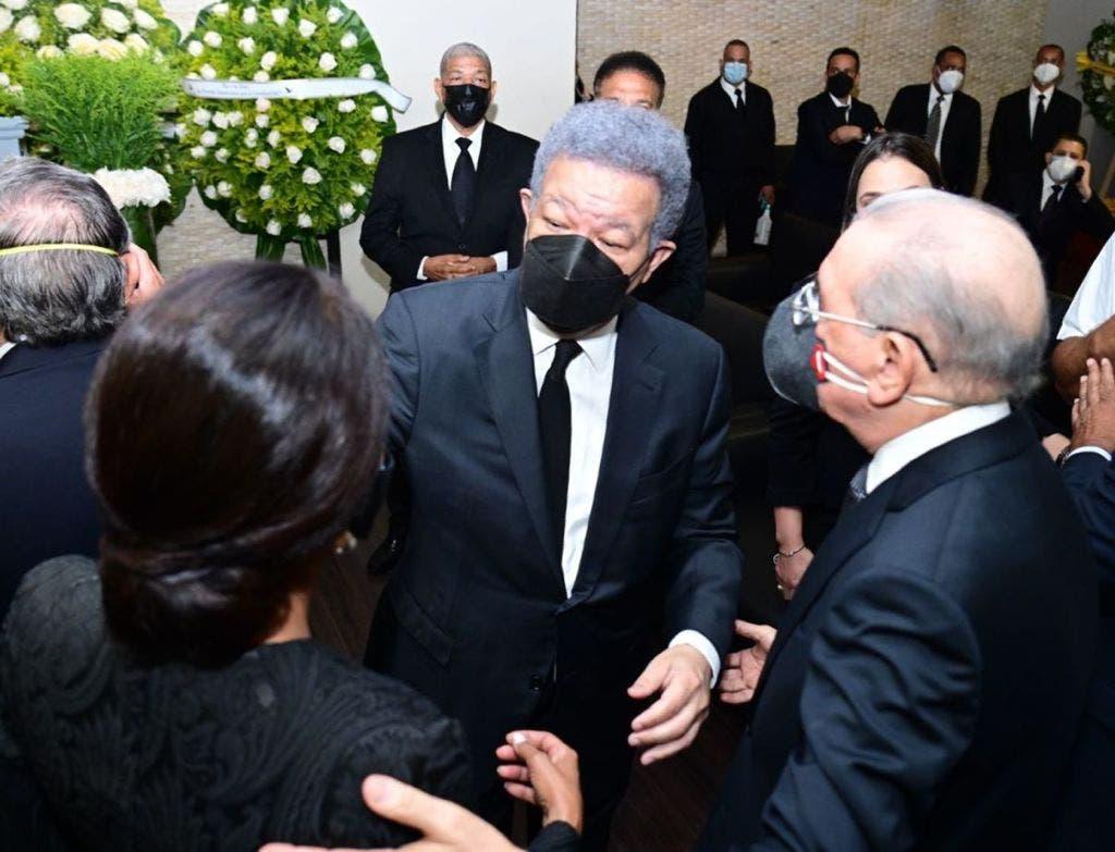 Danilo Medina, encabezó una delegación del PLD que se apersonó a la capilla de la Funeraria Blandino, para ofrecer en persona su pésame al ex mandatario Leonel Fernández y sus familiares.