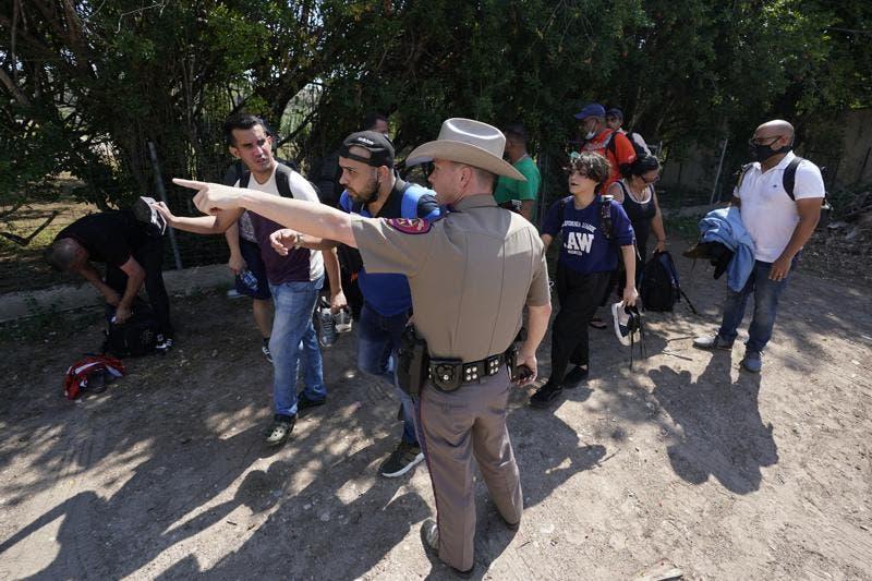 Gobierno EEUU demanda a Texas por detener migrantes