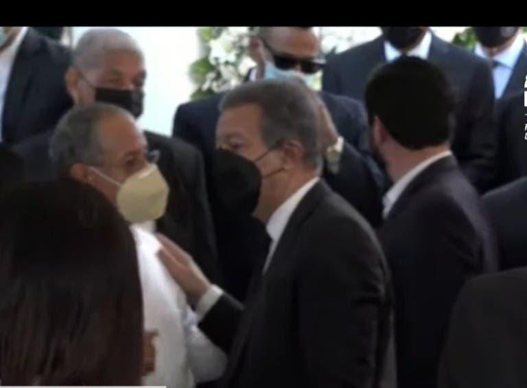 Leonel Fernández recibe el pésame del locutor Omar Linario en el cementerio Cristo Redentor donde fue sepultada su madre Yolanda Reyna.