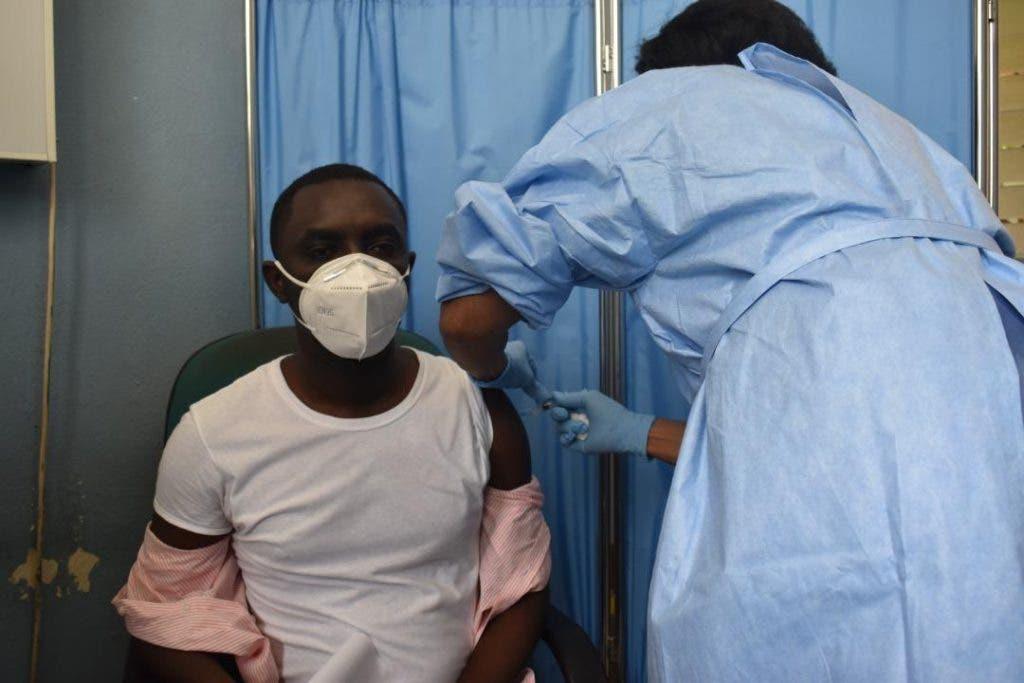 La enfermera Nadége Lamotte se mostró satisfecha con cómo va progresando la vacunación.