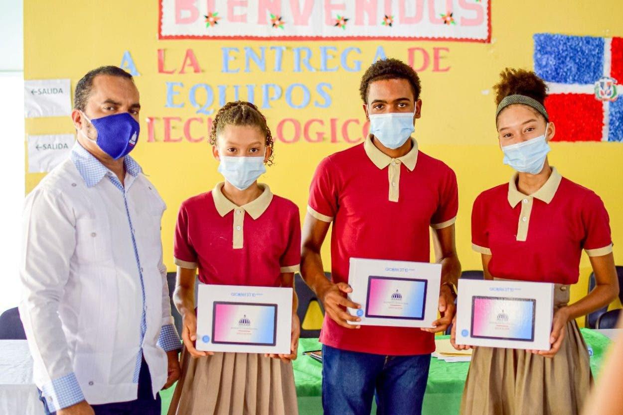 Ministerio Educación entrega equipos tecnológicos en Samaná