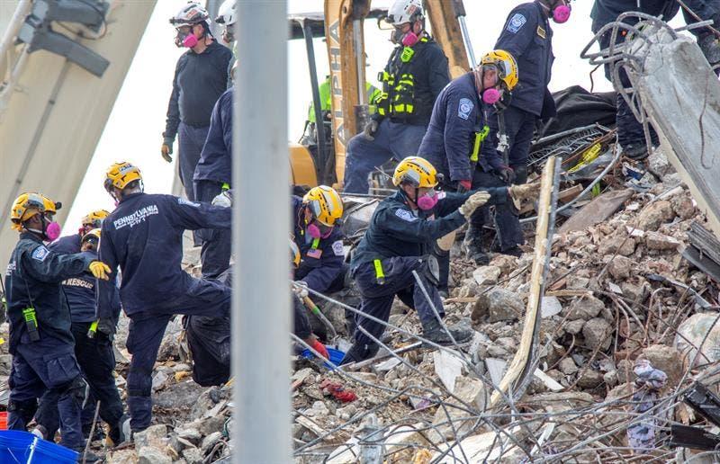 Extraen 3 cuerpos de restos del edificio en Surfside
