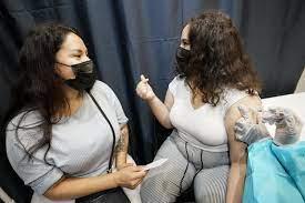 EEUU da marcha atrás, pide usar máscara en lugares cerrados