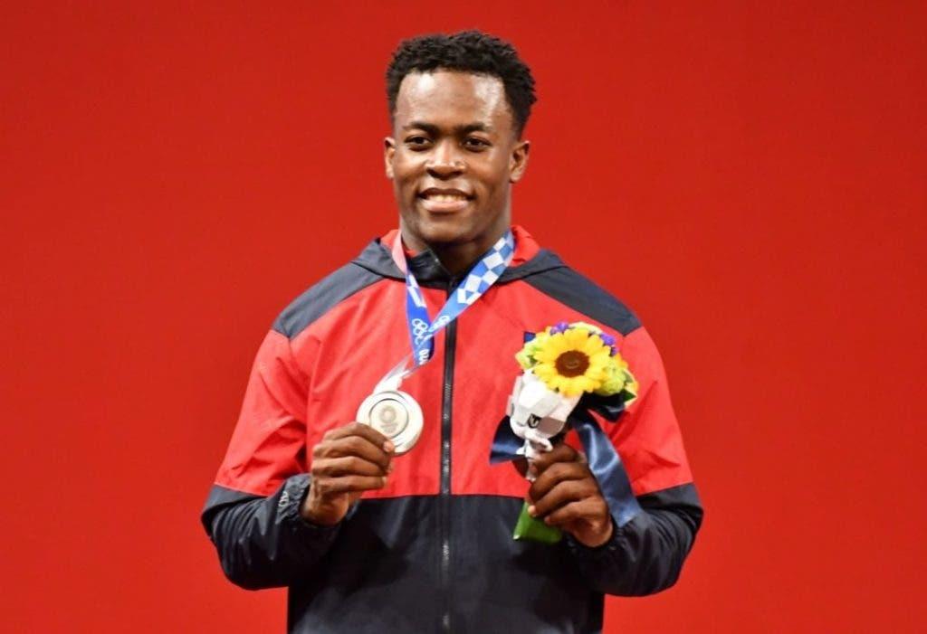 Zacarías Bonnat muestra la primera medalla de plata ganada por la delegación de la República Dominicana en los Juegos Olímpicos de Toyko 2020.