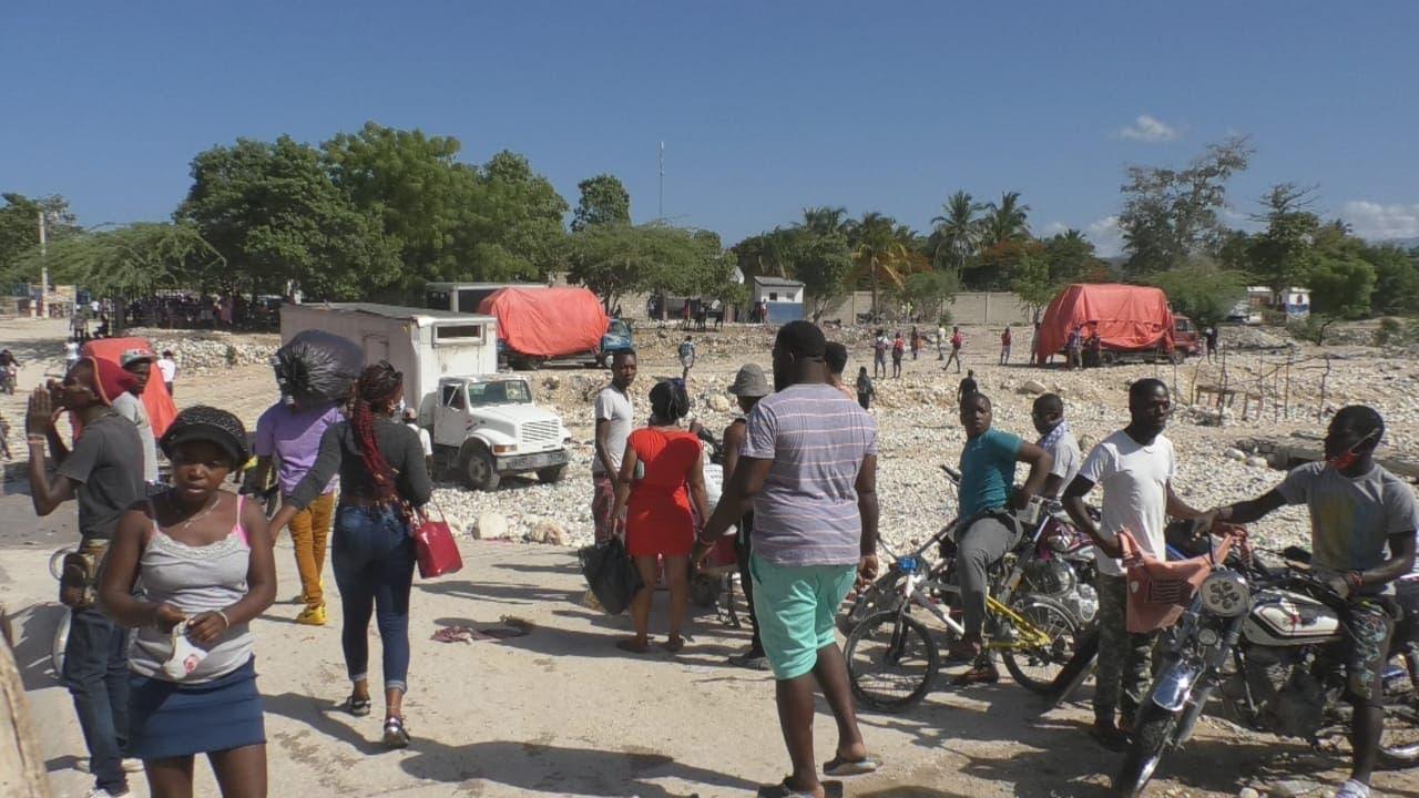 Haitianos abarrotan negocios en Pedernales