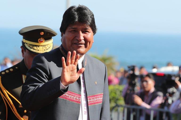 Evo Morales pasa a pie la frontera con Perú