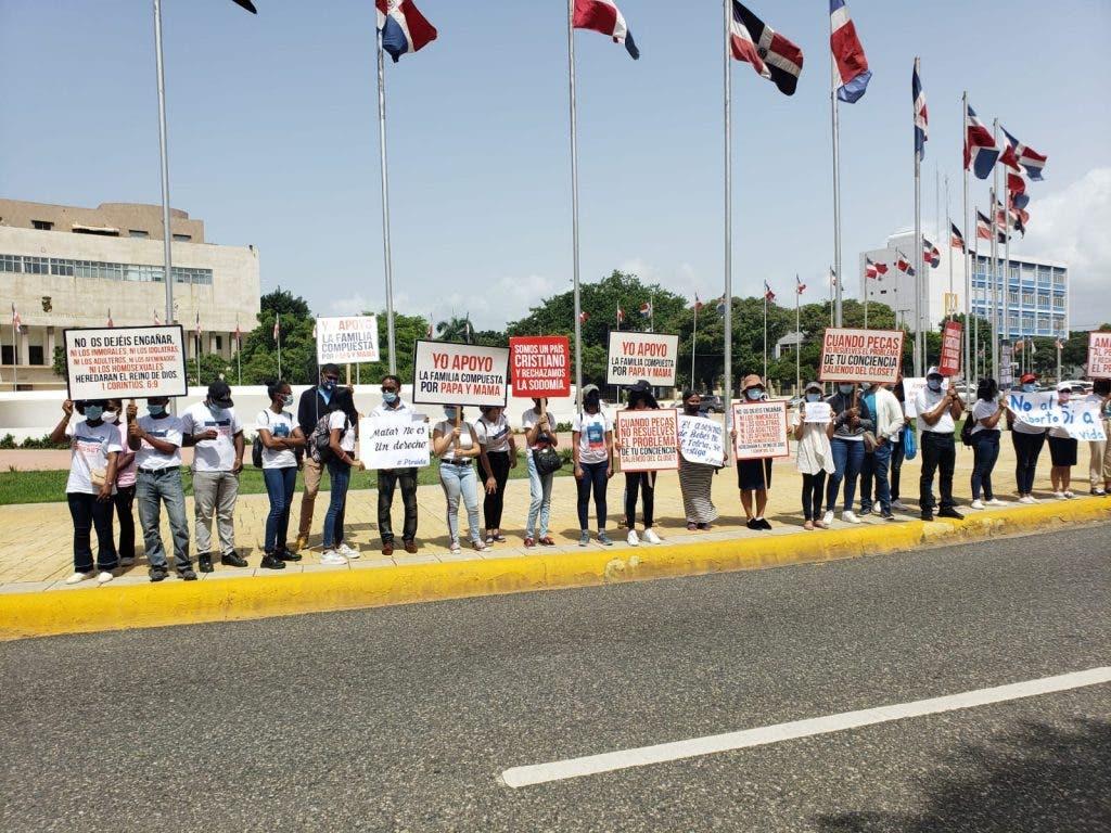 Varias organización en pro y en contra de que se incluyan las tres causales del aborto en el Código Penal han realizado protestas frente al Congreso Nacional.